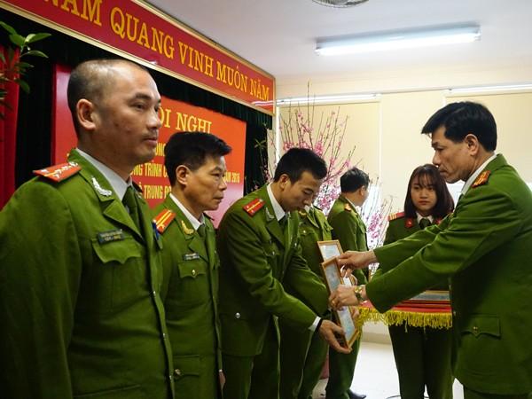 Thượng tá Nguyễn Hữu Truyền, Phó Trung đoàn trưởng Trung đoàn CSCĐ trao bằng khen cho tập thể, cá nhân có thành tích xuất sắc