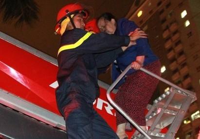 Lực lượng cứu nạn, cứu hộ Cảnh sát PCCC cứu nạn nhân mắc kẹt tại tòa nhà chung cư cao tầng quận Hà Đông