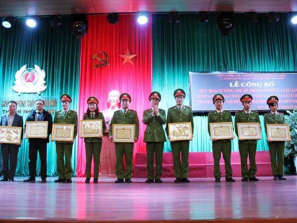 Thiếu tướng Hoàng Quốc Định, Giám đốc Cảnh sát PCCC Hà Nội trao Bằng Khen cho các tập thể, cá nhân có thành tích xuất sắc trong công tác