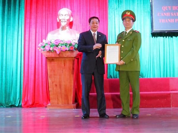 Ông Lê Hồng Sơn, Phó Chủ tịch UBND TP Hà Nội trao quyết định phê duyệt quy hoạch tổng thể hệ thống PCCC Hà Nội cho Thiếu tướng Hoàng Quốc Định, Giám đốc Cảnh sát PCCC Hà Nội