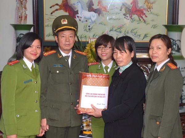 Đại diện lãnh đạo CAH Phú Xuyên cùng Hội phụ nữ thăm hỏi, tặng quà hội viên nhân dịp hướng đến kỷ niệm ngày 8-3