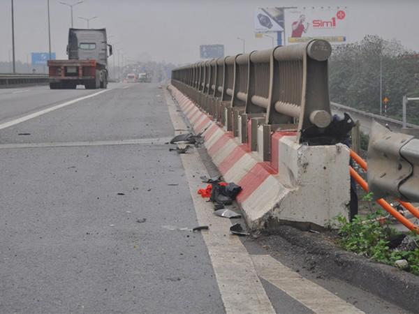 Vị trí có nhiều mảnh vỡ của chiếc xe máy bị nạn