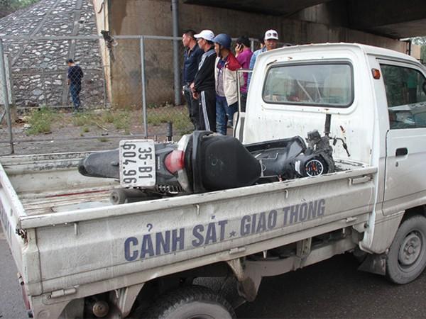 Lực lượng CSGT đã đưa chiếc xe máy bị hư hỏng toàn bộ phần đầu về trụ sở để phục vụ công tác điều tra