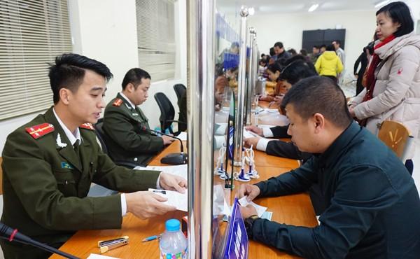 Đoàn viên, thanh niên CATP giải quyết thủ tục hành chính trong sáng thứ 7