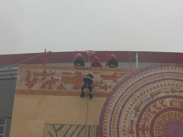 Lực lượng cứu hộ, cứu nạn bằng hệ thống dây thả từ trên tòa nhà cao tầng