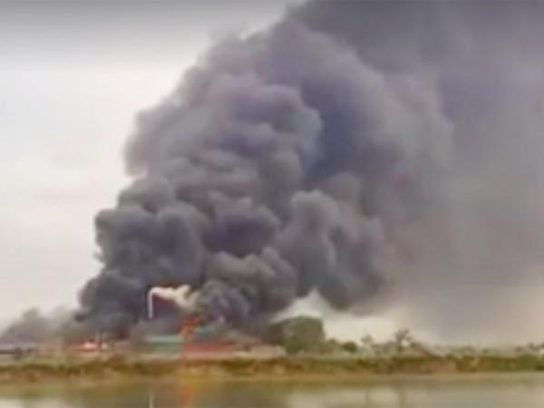 Đám khói bao trùm xưởng may màn tuyn trong khi xe chuyên dụng của lượng chữa cháy không có lối vào