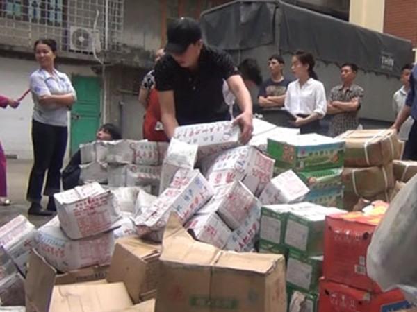 Tổ công tác kiểm đếm số hàng hóa vi phạm