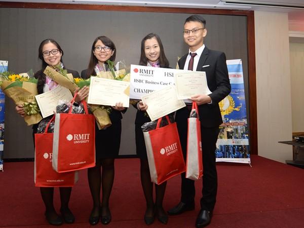 4 sinh viên tại buổi lễ trao giải thưởng