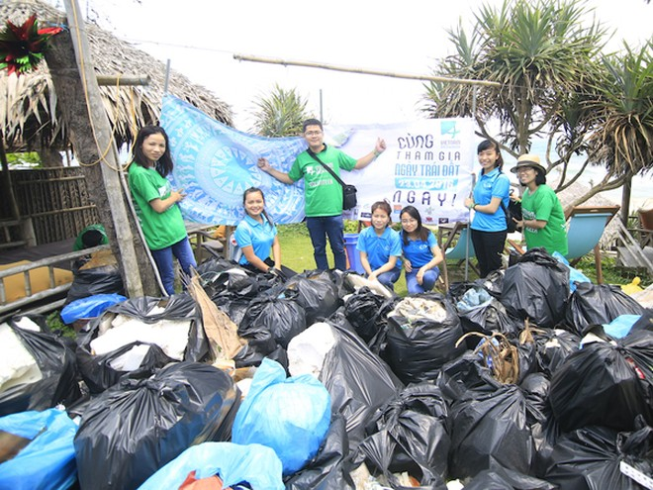 Thu nhặt rác tại Hội An