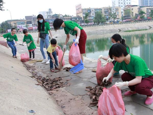 Nhóm thu nhặt rác tại hồ Ngọc Khánh, Hà Nội