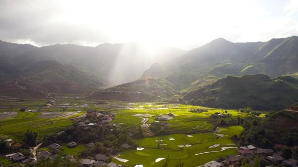 Trong nắng sớm thung lũng dưới chân Khau Phạ