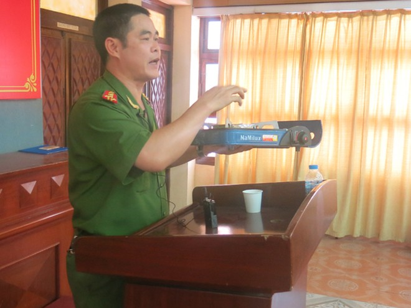 Đại tá Nguyễn Trường Sơn, hướng dẫn người dân cách sử dụng bếp gas an toàn