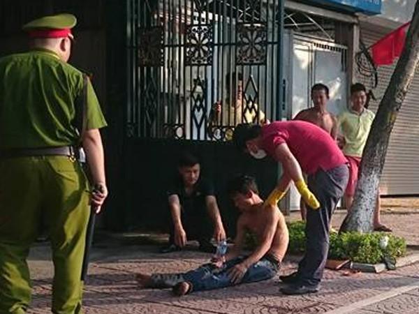 Sau khi sơ cứu thanh niên, lực lượng Công an đã thuyết phục và đưa anh ta vào bệnh viện kiểm tra sức khỏe