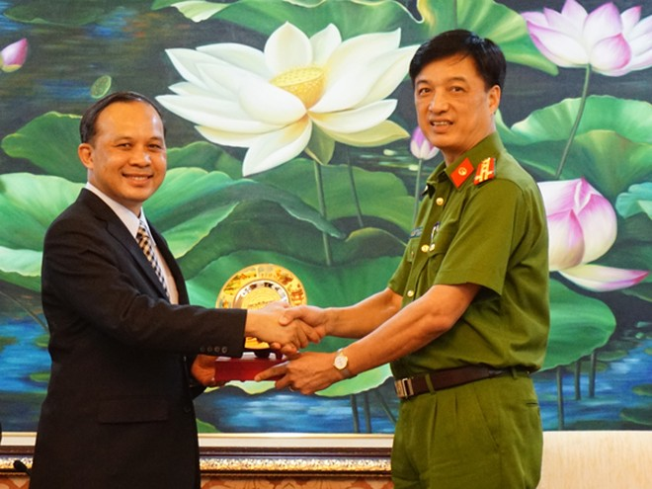 Đại tá Nguyễn Duy Ngọc, Phó Giám đốc CATP Hà Nội trao quà lưu niệm tặngTrung tướng Piya Uthayo, Chánh văn phòng Hội đồng Cảnh sát Hoàng Gia Thái Lan
