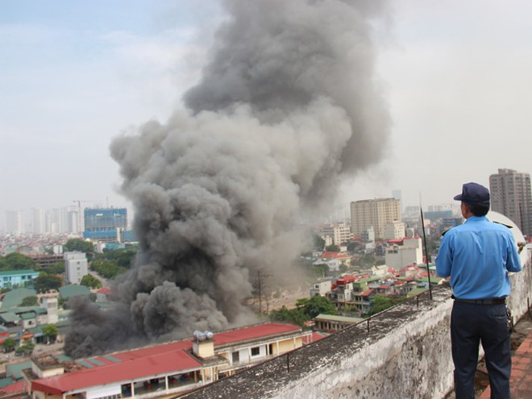 Cột khói đen bốc cao hàng chục mét