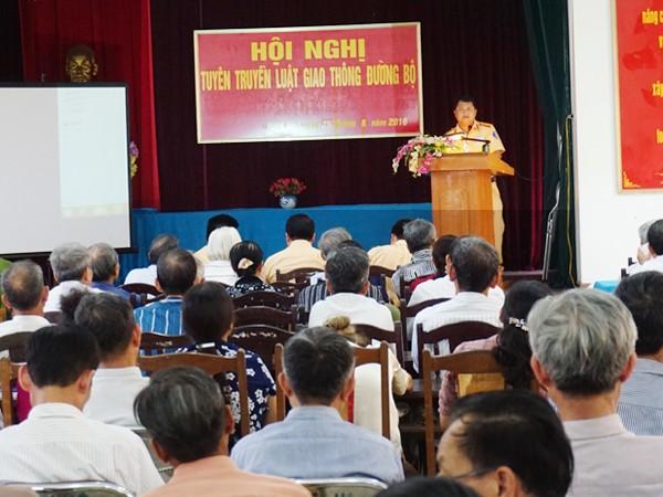 Cán bộ Đội CSGT- TTPƯN- CAH Thanh Trì tuyên tuyền nâng cao nhận thức về ATGT tại xã Ngọc Hồi