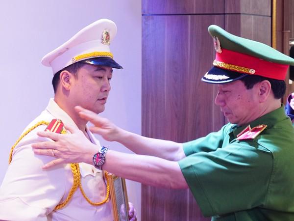 Thiếu tướng Hoàng Quốc Định, Giám đốc Cảnh sát PCCC thành phố Hà Nội gắn quân hàm cho Trung tá Trần Văn Hùng