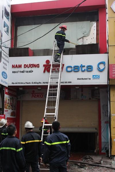 Lực lượng cứu nạn, cứu hộ mở đường tiếp cận đám cháy để dập lửa