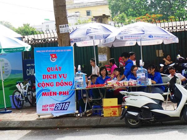 Công an quận Hai Bà Trưng trông xe miễn phí phục vụ các thí sinh ảnh 9