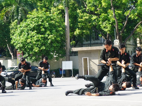 Đối kháng võ thuật dùng công cụ hỗ trợ quật ngã đối phương