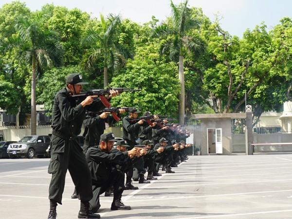 Biểu diễn phối hợp tác chiến có vũ khí gồm súng ngắn và súng AK