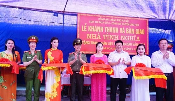Thiếu tướng Phạm Xuân Bình cùng đại diện lãnh đạo huyện Ứng Hòa, Cụm thi đua số 3 - CATP cắt băng khánh thành nhà tình nghĩa