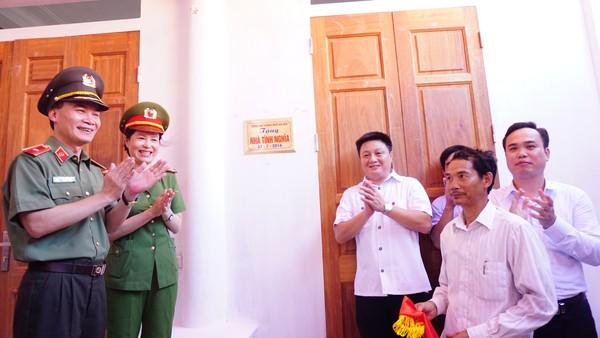 Thiếu tướng Phạm Xuân Bình cùng đại diện ban, ngành huyện Ứng Hòa và thân nhân liệt sỹ gắn biển Nhà tình nghĩa