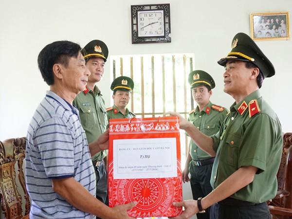 Thiếu tướng Phạm Xuân Bình thăm và tặng quà thân nhân liệt sỹ CAND Anh hùng LLVT nhân dân Phạm Văn Thức