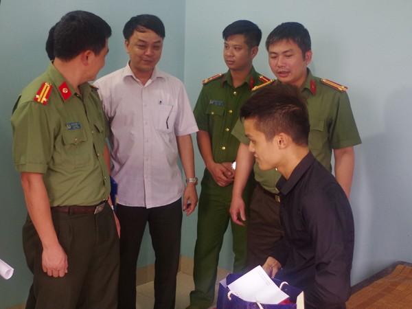 Công an huyện Thanh Trì thăm hỏi Hoàng Văn Thiện dũng cảm tham gia bắt trộm