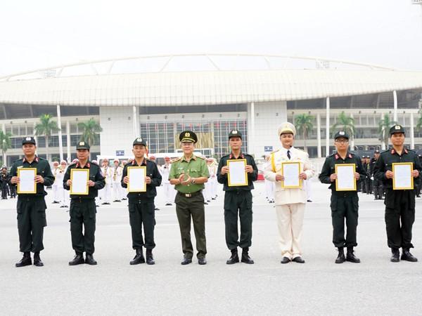 Thiếu tướng Bạch Thành Định, Phó Giám đốc CATP trao quyết định cho các Tiểu đoàn thuộc lực lượng CSCĐ