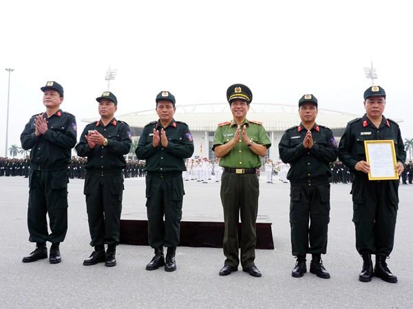 Thiếu tướng Đoàn Duy Khương trao quyết định tổ chức bộ máy của Trung đoàn CSCĐ