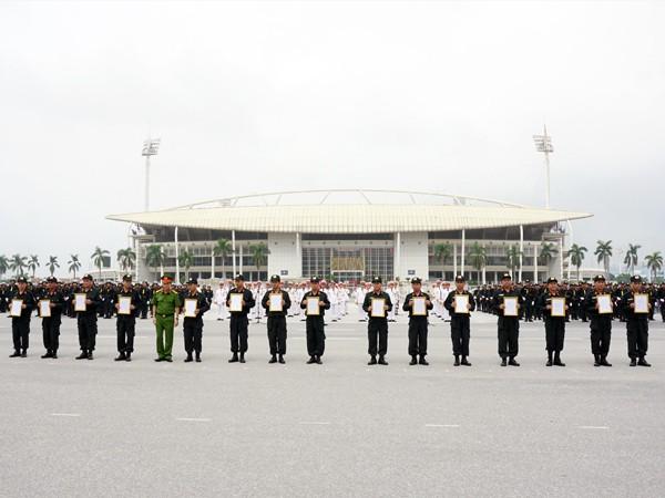 Đại tá Đào Thanh Hải, Phó Giám đốc CATP trao quyết định cho các Tiểu đoàn thuộc lực lượng CSCĐ