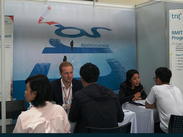 Các sinh viên tham gia phỏng vấn trực tiếp từ nhà tuyển dụng