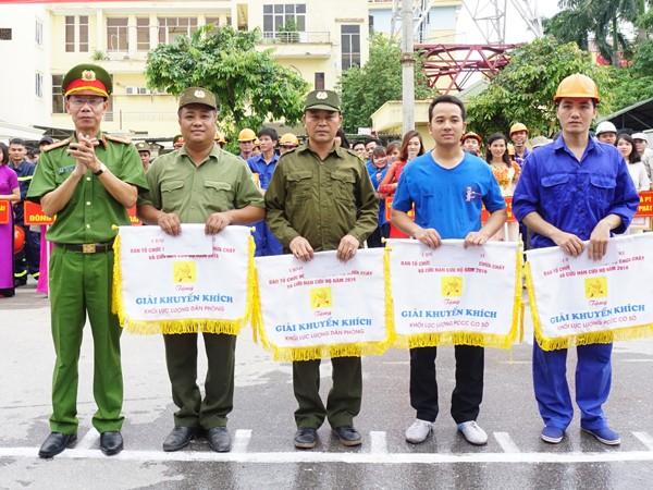 Đại tá Trần Xuân Thế, Trưởng phòng Cảnh sát PCCC số 7 trao tặng giải Khuyến khích cho các đơn vị tham gia hội thao
