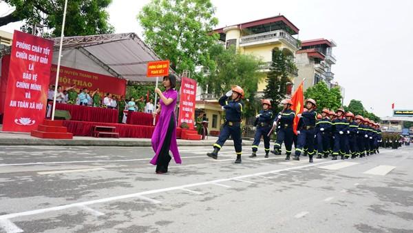 Lực lượng Cảnh sát PCCC số 7 diễu binh qua khán đài