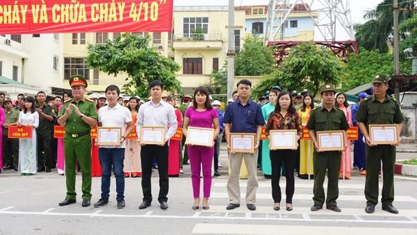 Đại tá Tô Xuân Thiều, Phó Giám đốc Cảnh sát PCCC thành phố Hà Nội trao tặng Bằng khen cho đơn vị có thành tích xuất sắc trong công tác an toàn PCCC