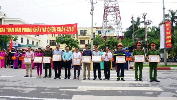 Đại diện lãnh đạo Huyện ủy, Ủy ban nhân dân huyện Thanh Trì trao giấy khen cho các đơn vị, cá nhân có thành tích trong công tác PCCC , CNCH