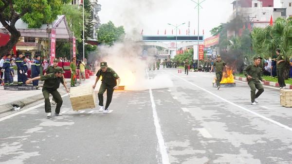 Lực lượng dân phòng thực hiện phần thi cứu hộ, cứu nạn, chữa cháy