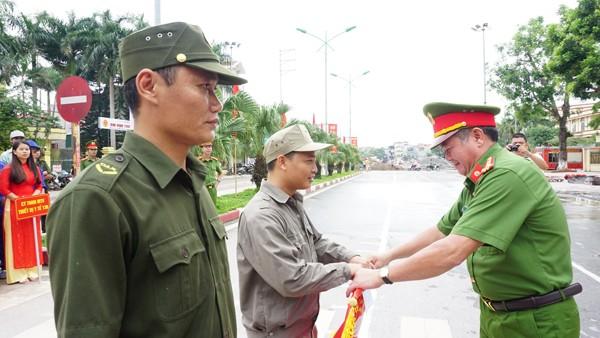 Đại tá Tô Xuân Thiều, Phó Giám đốc Cảnh sát PCCC thành phố Hà Nội trao tặng hai đơn vị đoạt giải Nhất hội thao gồm Trung tâm phát triển cụm CN huyện Thanh Trì và xã Tân Triều