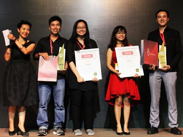 An và Khang (thứ 2 và 3 từ trái qua) nhận giải Vàng hạng mục Media trong Gala Young Spikes Việt Nam