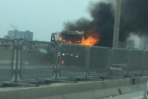 Chiếc xe tải đang chạy bỗng dưng phát cháy
