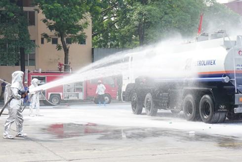 Tập huấn chữa cháy, giả định cháy xe bồn khi đang nhập xăng dầu