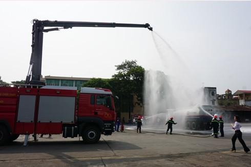 Xe chữa cháy với vòi vươn xa rất hiệu quả trong việc dập lửa ở những địa bàn khó tiếp cận