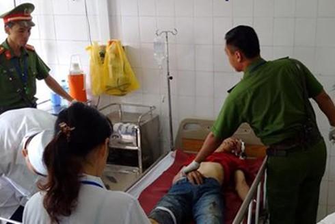 Đối tượng tự gây tai nạn bị thương nhẹ đang được các bác sỹ chăm sóc dưới sự quản lý của Công an