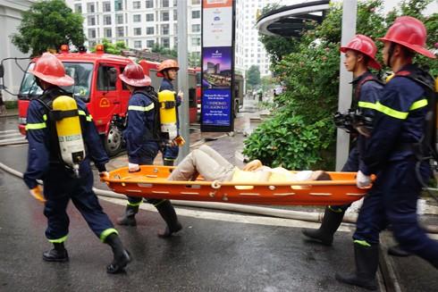 Một số người bị ngạt khói đã được đưa ra ngoài kịp thời để cấp cứu