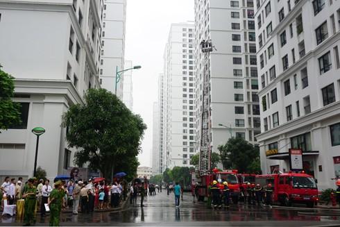 Lực lượng Cảnh sát PCCC điều 18 xe chữa cháy các loại đến làm nhiệm vụ cứu nạn, dập lửa