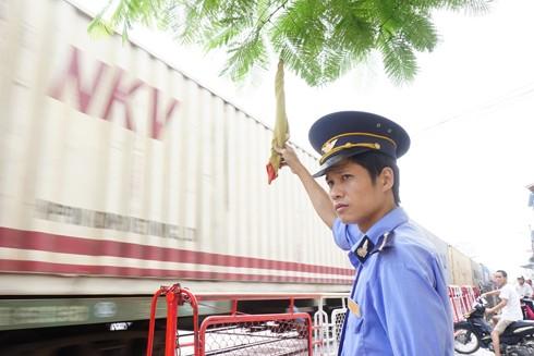 Anh Trần Hoàng Tùng làm nhiệm vụ tại Trạm gác chắn tàu Ngọc Hồi