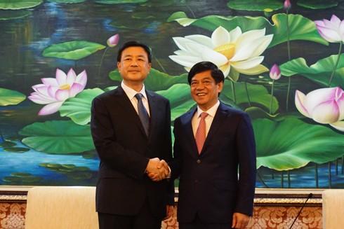 Thiếu tướng Đoàn Duy Khương và đồng chí Vương Tiểu Hồng bày tỏ quyết tâm thực hiện hiệu quả Biên bản ghi nhớ hợp tác giữa Công an TP. Hà Nội và Công an TP. Bắc Kinh
