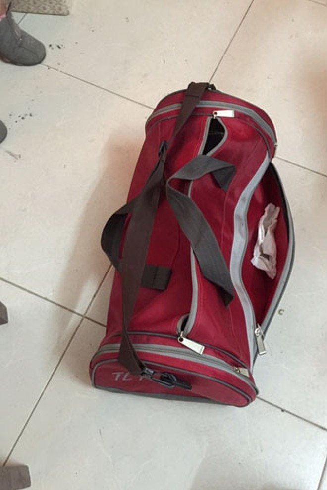 Bí mật trong chiếc túi du lịch... màu đỏ thẫm ảnh 1
