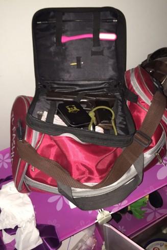 Bí mật trong chiếc túi du lịch... màu đỏ thẫm ảnh 11
